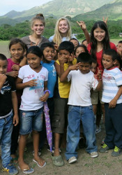Allie Libeer (back row, center, in light blue tee) with the youth she and other Amigos volunteers worked with in Nicaragua.