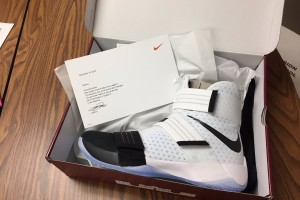 LeBron James sent over a pair of his Soldier 10 shoes and a note to the Shawnee Mission North boy's basketball team. (via @SMNathletics/Twitter)