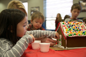 Decorating_House_Gingerbread